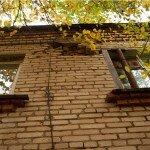 Стены в домах реально рушатся! Один из жителей подпер окно железной трубой... Но на долго ли этого хватит?